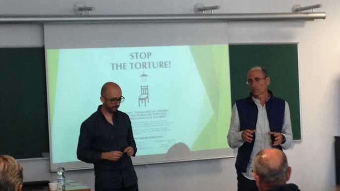Vicente y Juan Diego junto a la pizarra hablando al público