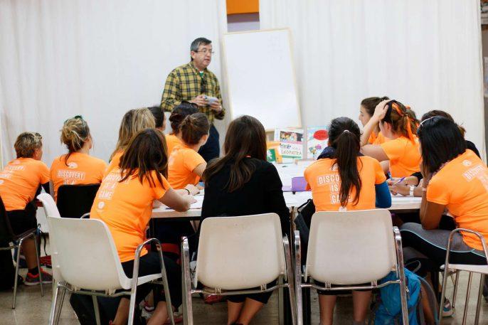 Antonio dando clase a unas catorce participantes.