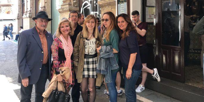 Grupo de seis esperantistas y simpatizantes posando junto a un bar cercano a El Salvador.