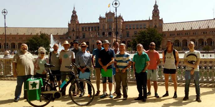 Dekkvar esperantistoj pozas ĉe la Plaza de España en Sevilo