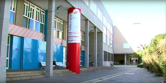 Fasado de la Fakultato de Financo kaj Turismo