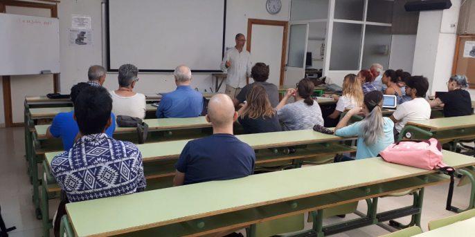 Vicente dando clase de esperanto a unos quince alumnos.