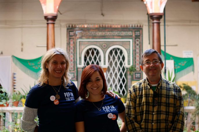 Melanie, Manon y Antonio posando sonrientes en un patio de la Casa del Pumarejo.