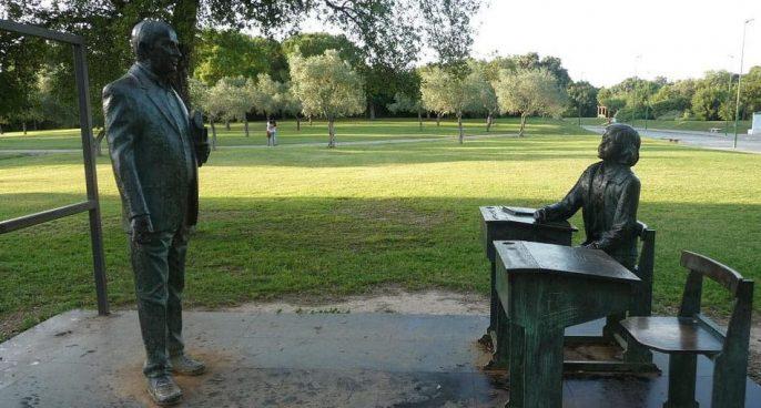 Monumento al maestro en el parque de El Alamillo