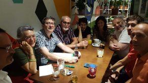El grupo de estudio posando sentados en un bar