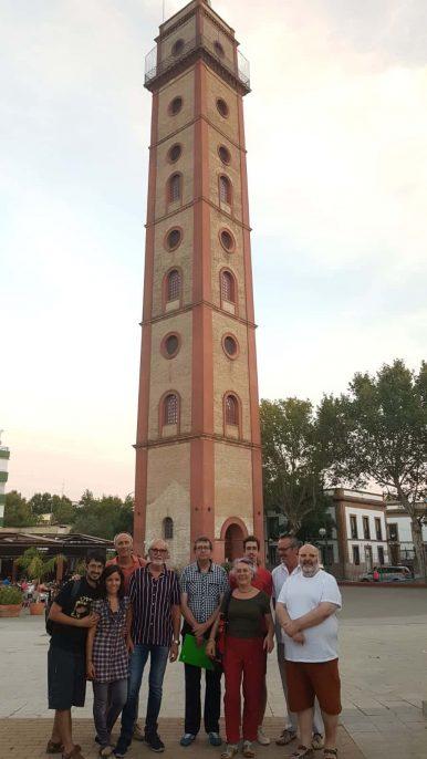 Grupo posando frente a la Torre de los Perdigones