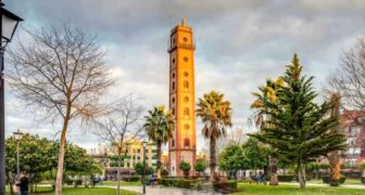 """Peizaĝo de Sevilo kun la """"Torre de los Perdigones"""" en la fono."""