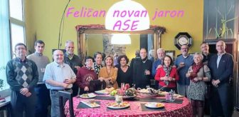 Miembros de la Asociación Sevillana de Esperanto posando juntos en un restaurante